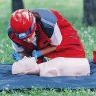 Женский фельдр КПП обучение на манекен на открытом воздухе. — стоковое фото