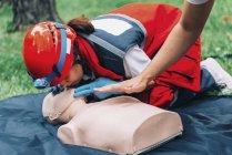 Инструктор помогает женщина фельдшер с КПП подготовки на открытом воздухе. — стоковое фото