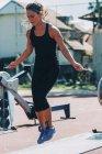 Donna che salta con la corda allo stadio sportivo . — Foto stock