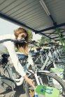 Жіночий приміських беручи e-Bike від велосипеда станції обміну. — стокове фото