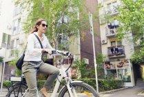 Жіночий e-Bike приміських їзда по місту. — стокове фото