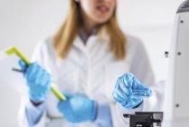 Biotechnologie Wissenschaftlerin arbeitet im Labor. — Stockfoto