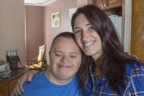 Adolescent avec le syndrome de Down restant avec l'ami féminin. — Photo de stock