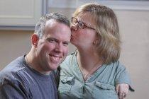 Femme avec le syndrome TAR embrasser mari . — Photo de stock