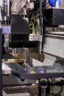 Деревообрабатывающая машина с ЧПУ на современном промышленном объекте . — стоковое фото