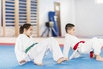 Діти в тхеквондо клас. — стокове фото