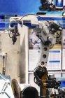Роботизована система зварювання в сучасному промисловому об'єкті. — стокове фото