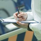 Руки инженера, работающего на заводе, держащего контрольный лист и надзирающего . — стоковое фото