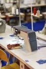 Промышленная швейная машина на современном производственном объекте . — стоковое фото