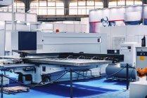Панч-лазерная машина и компрессор на современном промышленном заводе  . — стоковое фото