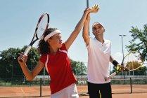 Adolescente sirviendo pelotas de tenis en clase de tenis . - foto de stock