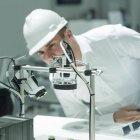 Инженер, работающий на заводе, курирующий промышленное оборудование . — стоковое фото