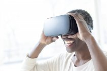 Reife Frau trägt Virtual-Reality-Headset. — Stockfoto