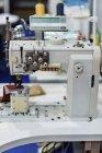 Machine à coudre industrielle dans une installation de production moderne . — Photo de stock