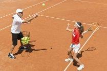 Теннисист-подросток на тренировке с тренером . — стоковое фото