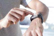 Руки человека, проверяющего умные часы, крупным планом . — стоковое фото