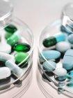 Фармацевтическое разнообразие лекарственных капсул в блюдах из петри. — стоковое фото