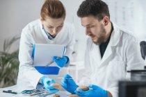 Archäologen analysieren antike Artefakte im Labor. — Stockfoto