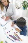 Preschooler ragazzo forme coloranti con penne colorate per test di psicologia dello sviluppo nello studio psicologo . — Foto stock