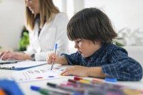 Preescolar para colorear formas con plumas de colores para la prueba de psicología del desarrollo en la oficina del psicólogo . - foto de stock