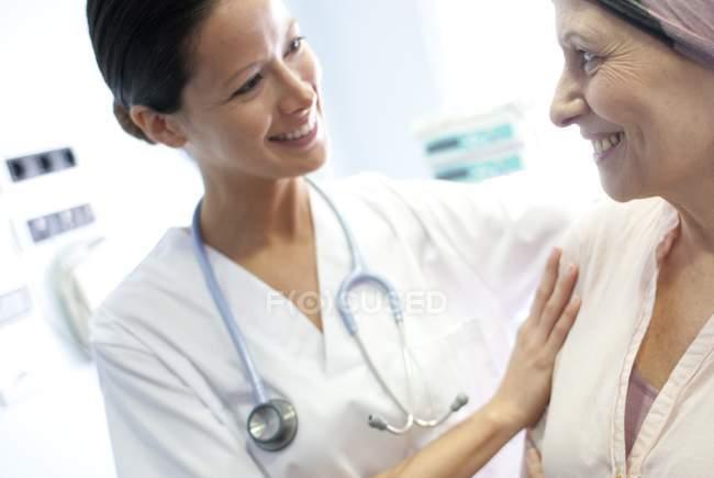 Paciente de quimioterapia feminino reconfortante enfermeira. — Fotografia de Stock
