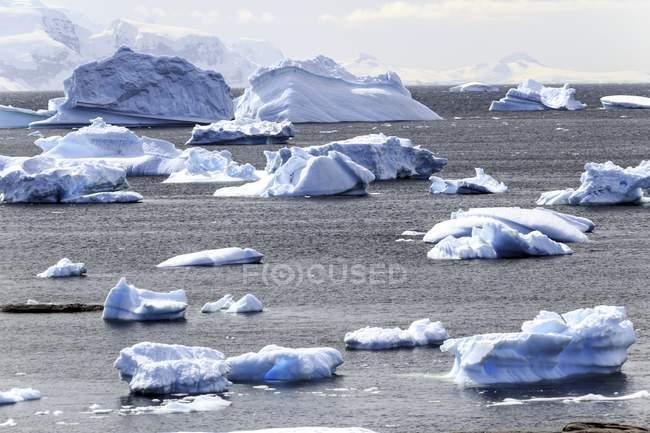 Vista panorâmica do iceberg oceânico na Antártida . — Fotografia de Stock
