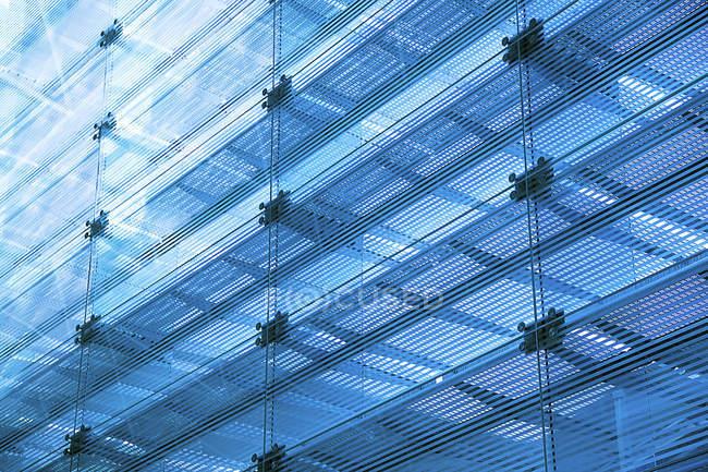 Современный стеклянный фасад здания — стоковое фото