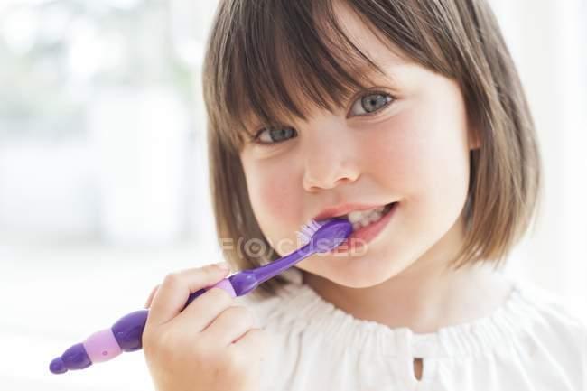 Ragazza spazzolatura denti — Foto stock