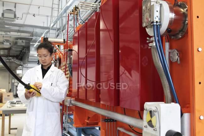 Tecnico che lavora con pannello di controllo di impianti per la produzione. — Foto stock