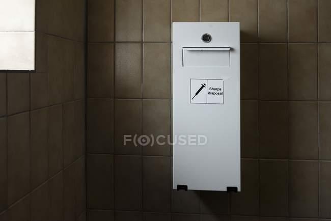 Bin di smaltimento aghi per l\'utilizzo di droga nel bagno pubblico ...