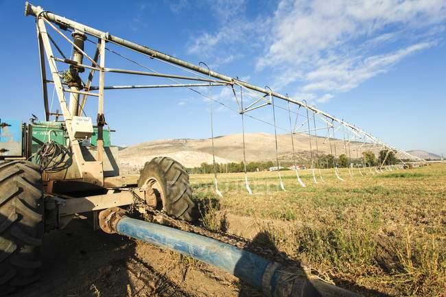 Mobile irrigation robot working in field. — Photo de stock