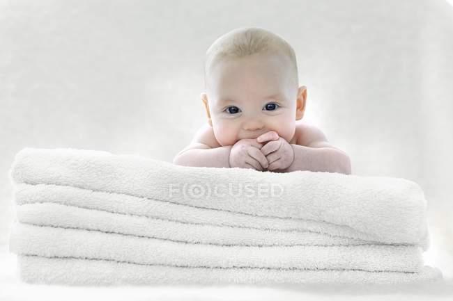 Малыш лежал на полотенца. — стоковое фото