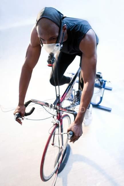 Спортсмен їзда Велотренажер — стокове фото