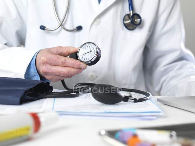 Cropped view of male doctor holding sphygmomanometer in hand. — Stock Photo