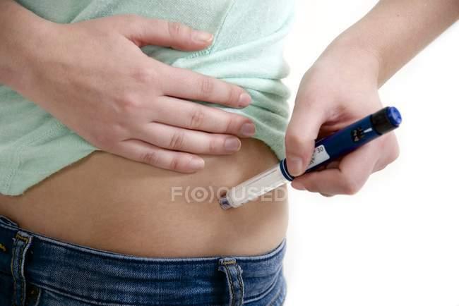 Teenager-Mädchen mit Auto-Injektor in der Taille. — Stockfoto