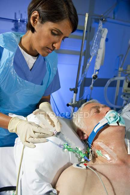 Chirurgin injizierte Medikamente an ältere Patientin über zentrale Leitung. — Stockfoto