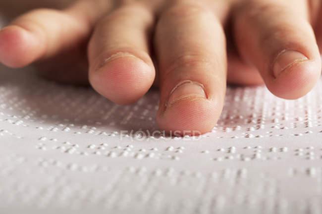 Gros plan des doigts toucher braille — Photo de stock