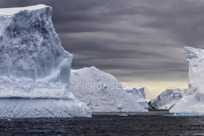 Scenic view of ocean icebergs in Antarctica. — Stock Photo