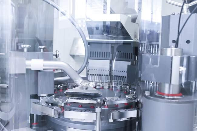 Máquinas em instalações de produção farmacêutica . — Fotografia de Stock