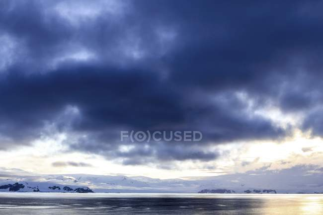 Scenic view of Antarctic coast at sunset. — Stock Photo