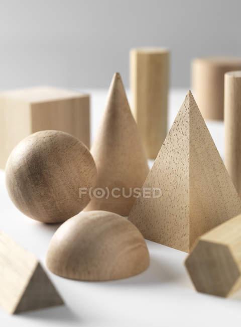 Геометрические деревянной форме цифры на белом столе — стоковое фото