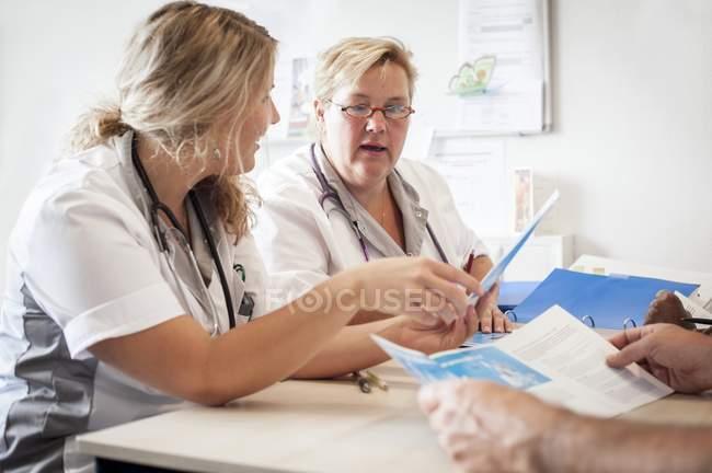 Медсестры больницы, имеющие встречу с документацией . — стоковое фото