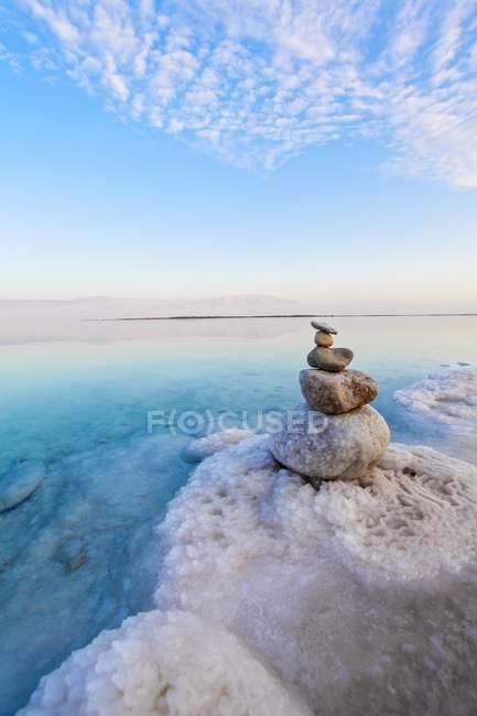 Mucchio di rocce nel paesaggio con mar morto in Israele. — Foto stock
