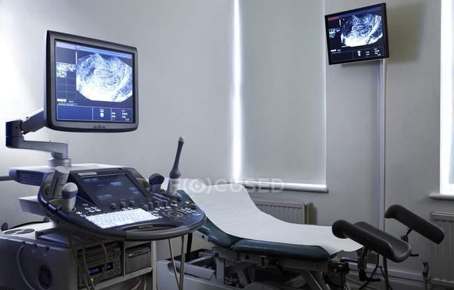 Suite de ultra-som com equipamentos na clínica . — Fotografia de Stock