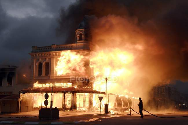 Historic building engulfed in flame in Grahamstown, Eastern Cape, South Africa. — Stock Photo