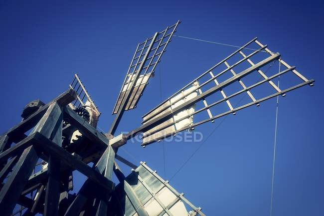 Ветряная мельница паруса против голубого неба. — стоковое фото