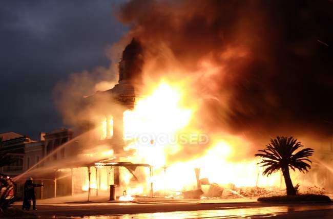 Edifício histórico engolido em chamas em Grahamstown, Eastern Cape, África do Sul . — Fotografia de Stock