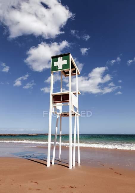 Башня пляж спасатель на пляже острова Фуэртевентура, Канарские острова. — стоковое фото