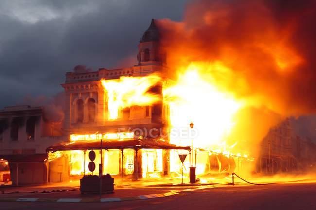 Edificio histórico envuelto en llamas en Grahamstown, Cabo Oriental, Sudáfrica . - foto de stock