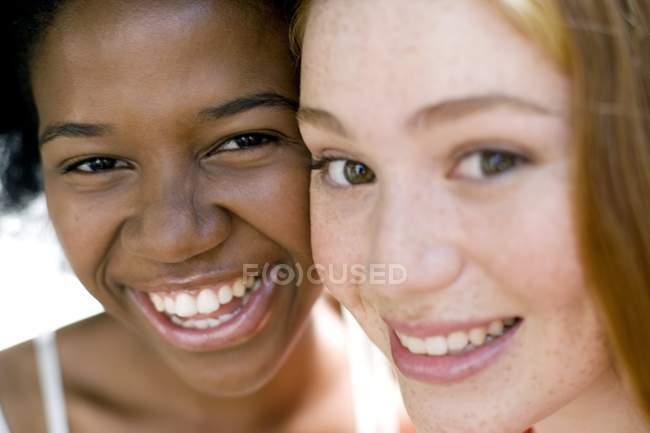 Portrait of happy teenage multi-ethnic girls. — Stock Photo